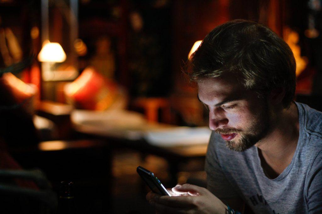 Zakończenie związku przez napisanie wiadomości lub rozmowę telefoniczną